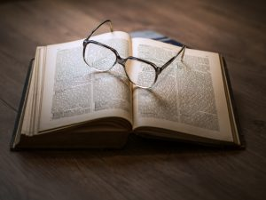 Libro y lentes